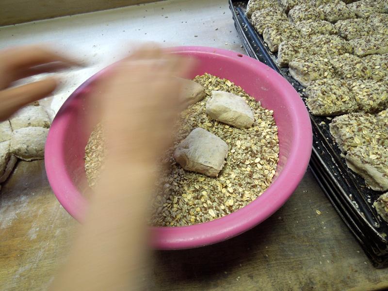 Viersaatbrötchen bei der Herstellung